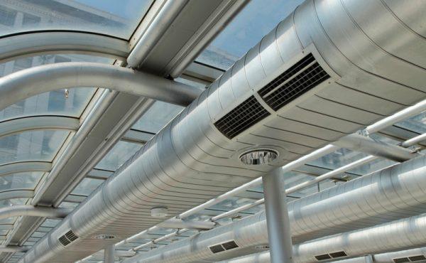 Aire acondicionado industrial sano para mantener salud laboral y seguridad empresarial